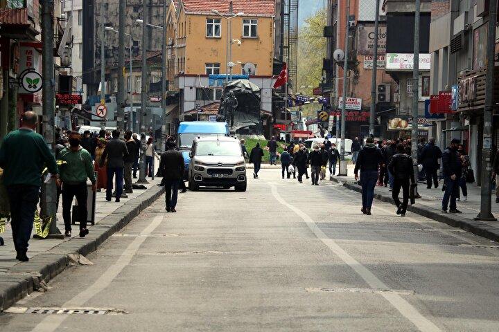 Zonguldak kent merkezi ve ilçelerinde koronavirüs vakalarındaki hızlı artış dikkat çekiyor. 600 bin nüfuslu kentte, alınan tüm önlemlere ve yapılan tüm uyarılara karşın vaka sayısındaki artış nedeniyle hastanelerde yoğun bakım üniteleri, yüzde 100 doluluk oranıyla çalışmaya başladı.