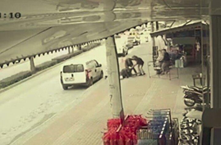 Taraflar birbirlerinden şikayetçi olurken, market sahibi Mustafa Aslan, Tayfun Karacanın işyerine gelerek kendisine küfür ve hakaretlerde bulunduğunu kavganın bundan dolayı başladığını dile getirdi.