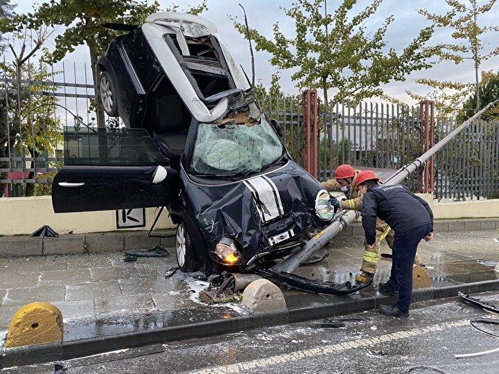 Havada asılı halde kalan otomobilde bulunan sürücü ağır yaralandı. Çevredeki vatandaşlar durumu polise ve sağlık ekiplerine haber verdi.