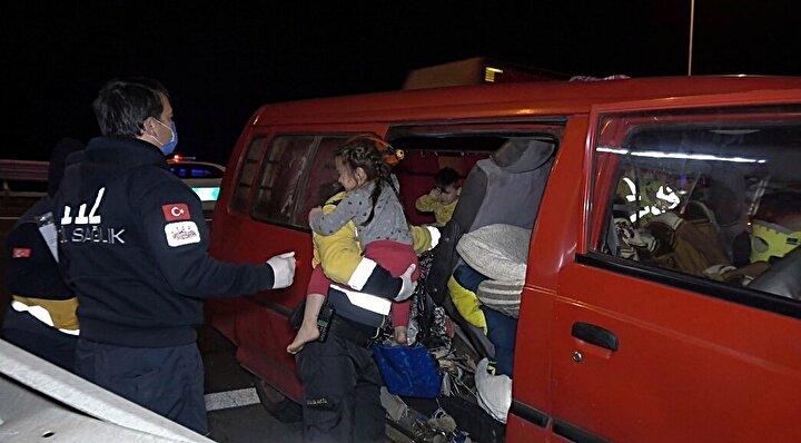 İstanbul istikametine giden Muhammet Sezer yönetimindeki 34 GK 807 plakalı minibüs sürücüsünün direksiyon hakimiyetini kaybetmesi sonucu orta refüjde bulunan bariyerlere çarptı.
