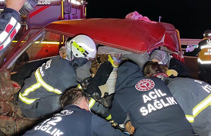 . Kurtarma çalışması sırasında minibüsün içerisinde eşyaların altında kalan Ömer Asaf Cengiz (6) ile Sümeyye Cengiz (5) ağlamaya başlayınca fark edilerek araçtan çıkarıldı.