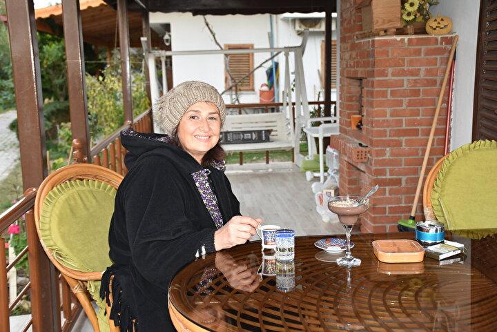 Enez Belediye Başkanı Özkan Günenç, İlçemizde 7 bin 500 yazlık konutumuz var, bunlardan yaklaşık bin 200 civarı dolu. Bursa, İstanbul, Tekirdağ gibi illerden gelenleri kapsıyor. Koronavirüs salgınının artması sebebiyle ilçemize talepler de artıyor. Yazlıklarda kalan sayımız her geçen gün artmakta.
