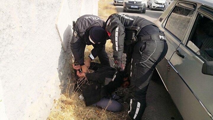 Edinilen bilgiye göre, rutin devriye atan İl Emniyet Müdürlüğü Asayiş Şubesi ekipleri, şüpheli olarak gördükleri içerisinde 4 kişinin bulunduğu 80 LF 218 plakalı Renault marka otomobil sürücüne 'dur' ihtarında bulundu. İhtara uymayan sürücü hızla kaçmaya başladı.