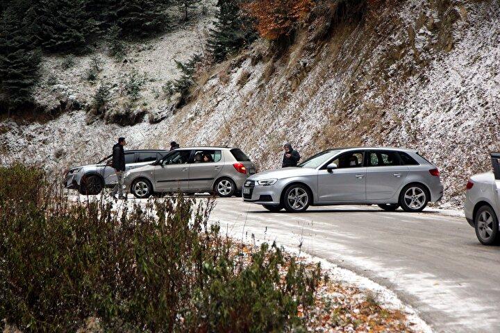 Özellikle sonbaharda Türkiyenin her yerinden binlerce turisti ağırlayan Yedigöller Milli Parkına gitmek isteyenler yolda kaldı. Dik rampaların bulunduğu zorlu yolda buzlanma nedeniyle araçlar ilerleyemedi.