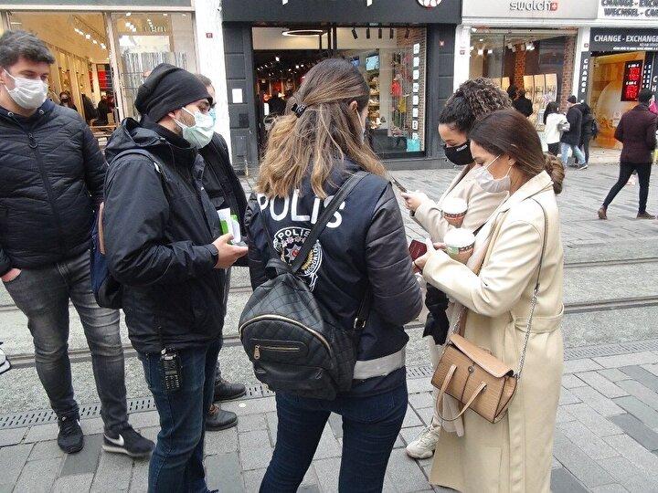Denetlemelerde maske takmayan ve sigara içen 40'ı aşkın kişiye ceza kesildi. Polis, iki yabancı kadın turiste de maske takmadıkları için ceza kesileceğini söyledi.