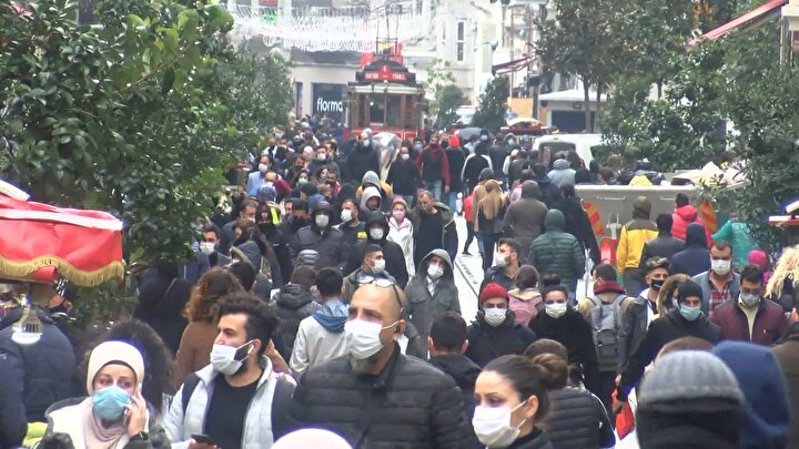 Vatandaşlar maske takma yasağına genelde uyarken bazı turistlerin bu kurala uymadığı görüldü. İstiklal Caddesi'nde denetimlerini sürdüren polis ekipleri maske takmayan ve sigara içenlere idari para cezası uyguladı. Koronavirüs tedebirleri kapsamında lokanta ve restoranlar içeriye müşteri almıyor. Oturarak yemek yemenin yasaklanması ile Taksim Meydan'daki büfelerin önünde kuyruklar oluştu.