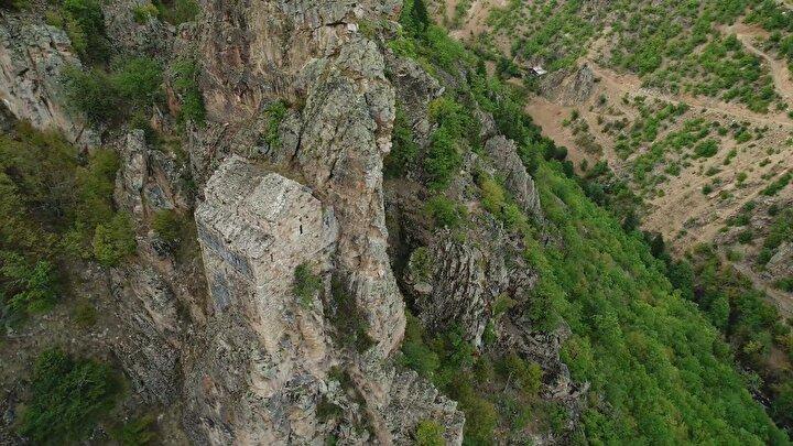 Artvin ile ilgili araştırmalar yapan Yazar Orhan Yavuz da kiliseye ulaşmanın çok zor olduğunu belirterek, Kilisenin içini henüz göremedik, oraya ulaşmak çok zor. 1100 yıl öncesinde yalçın bir kayanın üzerine yapılmış bir eser. Bu yapıyı oraya inşa etmek ciddi bir mühendislik hesabı gerektirir. Sarp bir kayaya inşa edilmiş olması burada yaşayan insanların ve ibadet eden kişilerin, izole olduğunu gösteriyor. Mimarların ve inşaat mühendislerinin yapıyı, incelemesi gerekiyor. Ayrıca bu tür yapılar, Artvin turizmi için de oldukça önemli. Dünyada bu tür tarihi mirasları, merak edip gezen milyonlarca insan var. Artvin tarihi eserler bakımından zengin bir coğrafya ve bu vadide de birçok eser bulunuyor. Bu eserlerin değerlendirilmesi gerekiyor dedi.