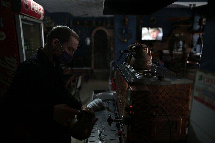 Kahvehanede teşhir edilen eşyaların arasında en fazla eski radyo, plak, gramofon yer alsa da bakır ibrikler, tüfekler, biblolar, sürahiler, süs eşyaları da yer alıyor.