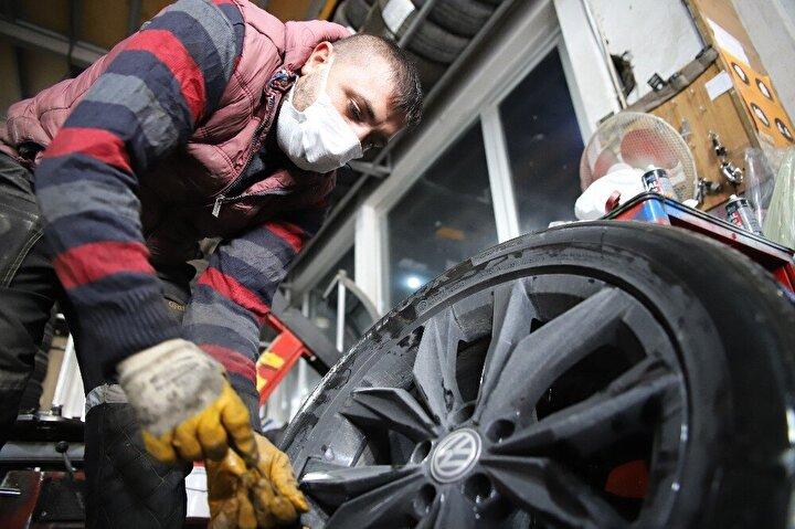 Ülke genelinde 1 Aralık tarihinde başlayacak olan zorunlu kış lastiği uygulamasına sayılı günler kala Elazığ'da araç sahipleri kış lastiklerini taktırmaya başladı. Son günlerde soğukla birlikte yağışlı havanın etkili olduğu kentte gizli buzlanma ve kayma riskine karşı tedbirli davranan sürücüler lastikçilere akın etti.