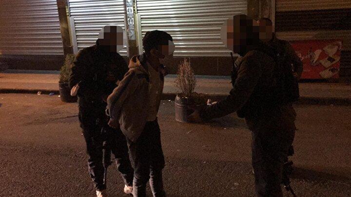 Olay, dün gece saatlerinde Bağlar ilçesi 5 Nisan Mahallesi Girne Caddesinde meydana geldi. Sokağa çıkma kısıtlamasını ihlal eden bir grup, beraberlerinde getirdikleri lastikleri, caddeye bırakıp yolu kesti. Şüpheliler, daha sonra lastikleri ateşe verdi.