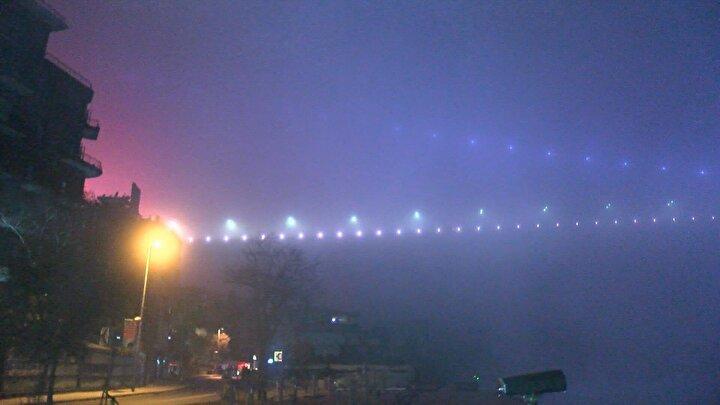 Sis nedeniyle Fatih Sultan Mehmet Köprüsü neredeyse görünmez hale geldi.