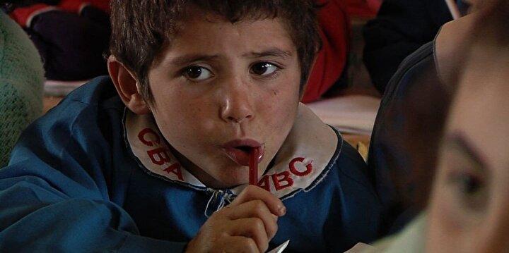 Uzak bir Kürt köyüne atanmış Türk öğretmenin, Türkçe bilmeyen çocuklara eğitim verirken yaşadıklarını anlatan İki Dil Bir Bavul bol ödüllü bir film.