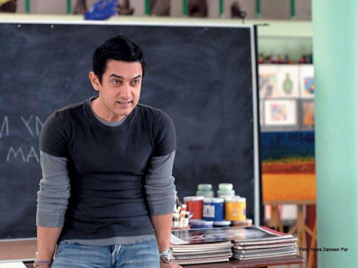 Bir Aamir Khan filmi, diğer çeviri ismiyle Yerdeki Yıldızlar. Bazı harfleri, sayıları, şekilleri diğer arkadaşları gibi algılayamayan  bir öğrencinin eğitim hayatı boyunca tembel muamelesi görmesini anlatır.
