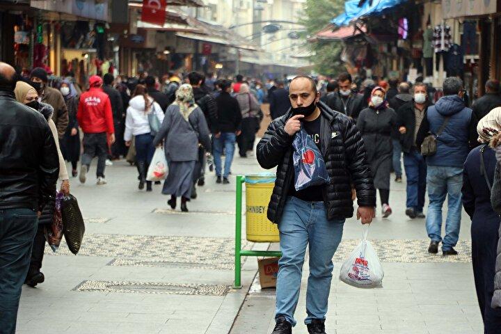 Bakanın uyardığı Gaziantepte, birçok kişinin mağazaların ve insan yoğunluğunun fazla olduğu Karagöz ve Gaziler caddelerinde sosyal mesafe kuralına uymadan alışveriş yaptığı görüldü.