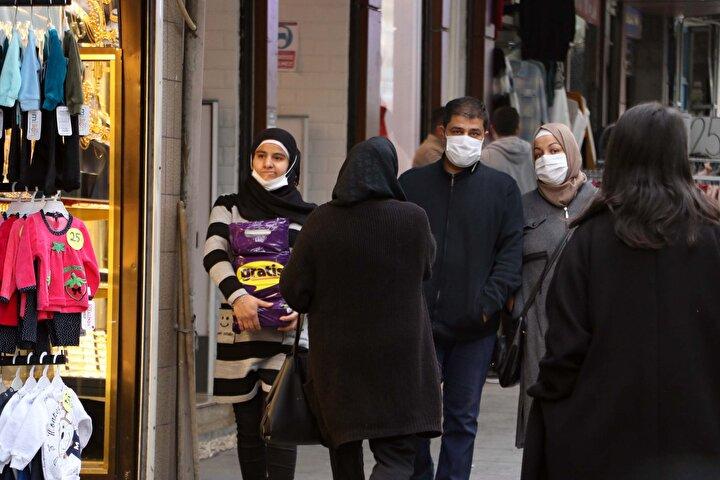 Kentin birçok noktasında polisler, vatandaşları sosyal mesafe kuralına uymalarına yönelik anonslar yaparak uyardı. Öte yandan bazı vatandaşlar ise sosyal mesafe kuralına uymayan ve maskelerini doğru takmayanlara tepki gösterdi.