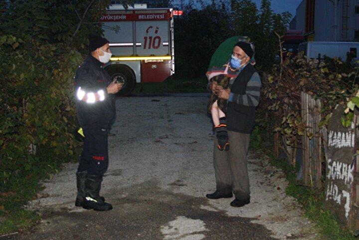 Hasan Acar dumanların arasından önce yatalak olan kızı Fatma Acar'ı kucaklayıp, bahçeye çıkarttı. Ardından da eşini kolundan tutarak dışarıya çıkartmayı başardı.