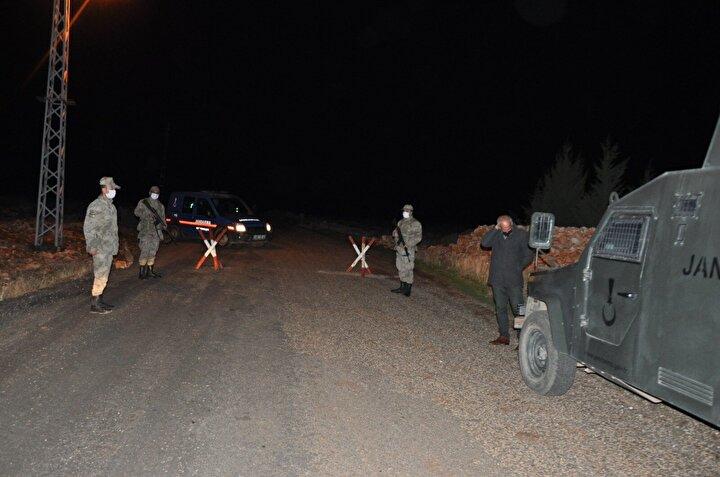 Köyün giriş ve çıkışları jandarma ekipleri tarafından kontrol amaçlı yaya ve araç ulaşımına kapatıldı.