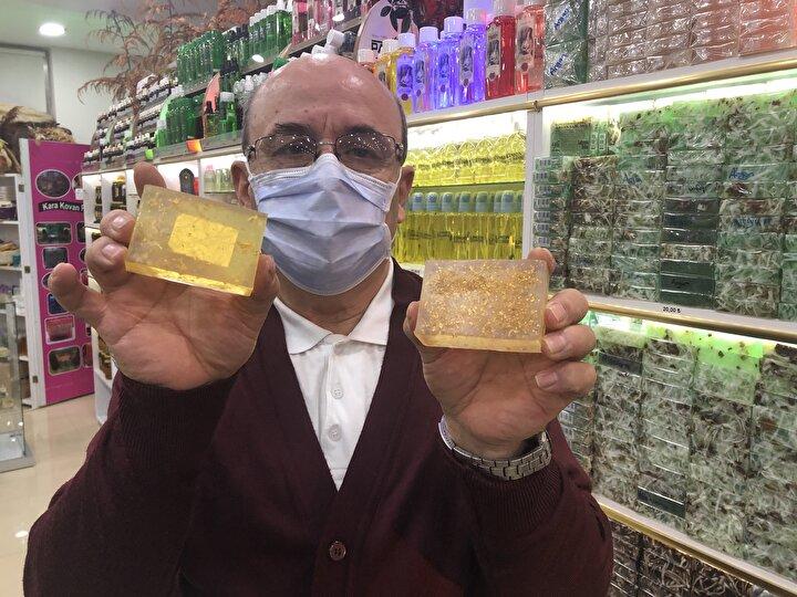 """İşini severek yaptığını belirten Ethem Erten, """"Son bir yılda altınlı sabun talebi geldi. Biz de bu fikri değerlendirdik ve yaptık. Cilt için zararlı hiçbir durumu yok. 400 liradan alıcı buluyor. Amerikadan müşterilerim geliyor. Altınlı sabun bizim için yeni bir pazar kapısı. Bu sabun günümüzde moda haline geldi dedi."""