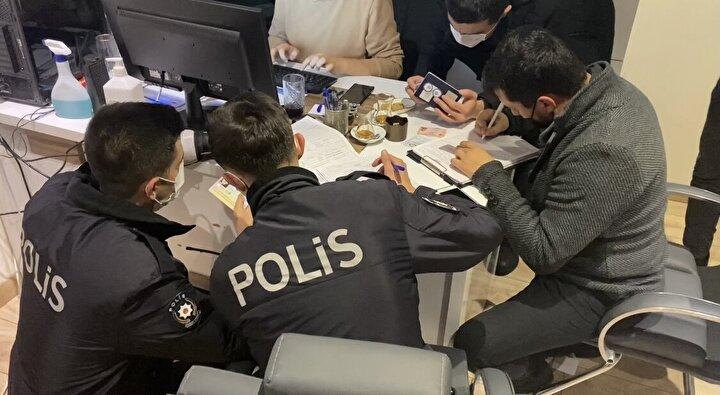 Şişli Nişantaşında bulunan bir otelde koronavirüs tedbirlerine uyulmadığı ihbarını alan Şişli İlçe Emniyet Müdürlüğü polis ekipleri, otele baskın düzenledi.