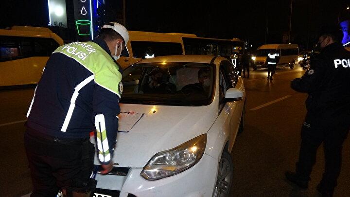 Polis, otomobilin içindeki 3 kişiye, izin belgelerini sordu. Ancak 3 kişi de izin belgeleri olmadığını belirtti.