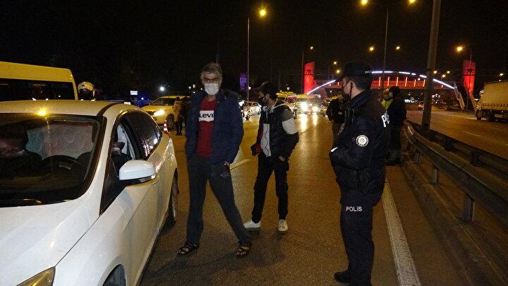 Bursa İl Emniyet Müdürlüğü ekipleri, sokağa çıkma kısıtlaması nedeniyle uygulama yaptıkları Ankara Yolu Caddesi'nde 03 DC 880  plakalı otomobili durdurdu.
