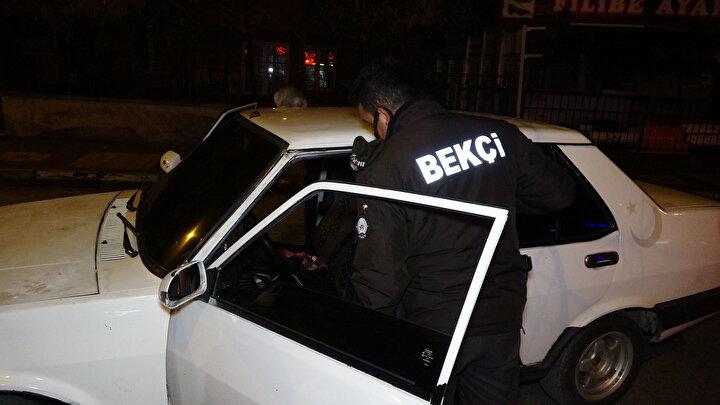 Ertuğrulgazi Mahallesi'ndeki uygulama noktasında görevli polisler, aynı otomobilin noktaya doğru seyir halinde olduğunu gördü.