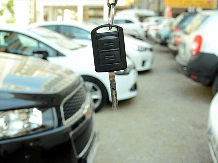 Salgının başında ortaya çıkan tedarik sıkıntısı ve döviz kurlarındaki dalgalanma ikinci el otomobillerin fiyatlarının da ikiye katlanmasına neden oldu.