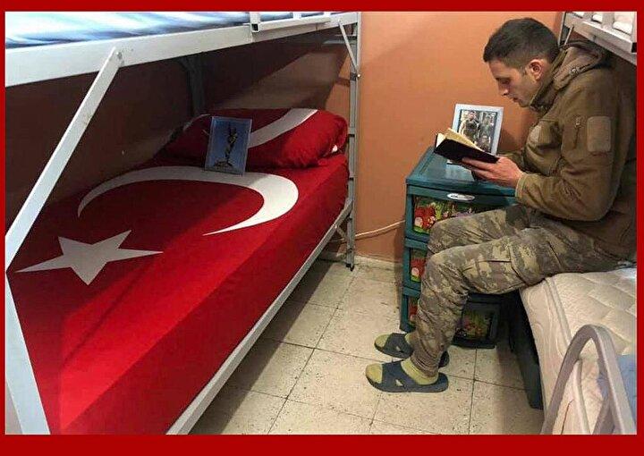 Yastığına da Özdemirin fotoğrafını bırakan şehidin arkadaşı yatağın başında Kuran-ı Kerim okudu.
