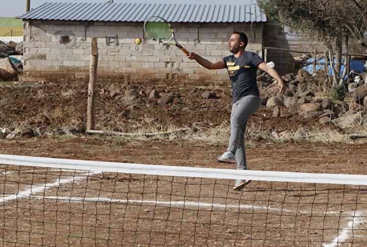 Ekinci, yöresel kıyafetli köylülerle kendisinin de raket salladığını, daha önce tenis eğitimi almasına rağmen köylüler karşısında çok zorlandığını ifade etti.