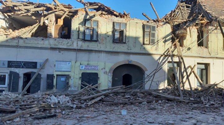 Hükümetten yapılan açıklamada, ülke genelindeki yardım ekiplerinin Petrinjaya yönlendirildiği belirtilirken, başkent Zagrebde de hissedilen deprem sonrası şehre giriş ve çıkışlarda yoğunluk yaşandığı ve telefon hatlarının kesildiği bildirildi.