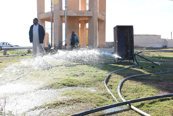 Tayba köyü sakinlerinden Halil Ebu Mahmut, daha önce su temin etmek için en az 8 kilometre mesafe kat ettiklerini söyledi.Sorunun ortadan kalktığı için mutlu olduğunu dile getiren Ebu Mahmut, yeni trafo ve invertör sayesinde gereken elektriğin sağlandığını ve su pompalarıyla beraber jeneratörün de çalışmaya başladığını dile getirdi.