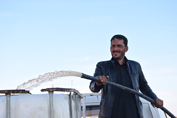 Tel Abyad Yerel Meclis Su İşleri Sorumlusu Samer İsa, yaptığı açıklamada, 35 köye içme ve sulama suyunun temin edildiğini söyledi.İsa, Şanlıurfa Devlet Su İşleri Müdürlüğü desteğiyle eski trafonun değiştirildiğini belirterek, Gereken elektrik seviyesine ulaşmak için yeni trafo ve invertör takıldı. Bugün Tayba ve çevredeki 35 köyde yaşayan yaklaşık 3 bin 500 kişiye su ulaştı. dedi.