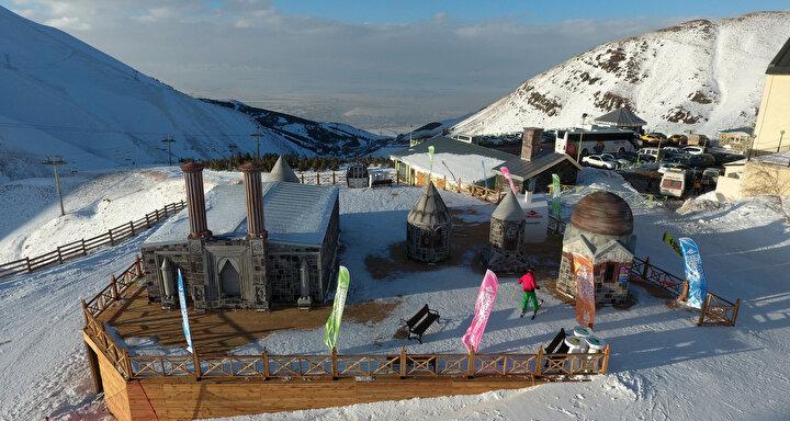 """""""25. Dünya Üniversitelerarası Kış Oyunları 2011de Erzurumda yapıldı. EYOF, ilimizde icra edildi. Birçok uluslararası organizasyona ev sahipliği yapıyoruz. Kış sporlarıyla ilgili birçok tesise sahibiz. Palandöken Kayak Merkezimiz bir dünya markası haline geldi"""" diyen Başkan Sekmen, sözlerini şöyle sürdürdü: """"Türkiyede gece kayağı yapılan önemli merkezlerden biriyiz. 6.8 kilometre uzunluğundaki pistimizde gece kayağı da yapılmaktadır. Kayak merkezimizde 28 pist bulunmaktadır. Bu pistlerin toplam uzunluğu 33,528 kilometredir. Konaklı Kayak Merkezimizde ise 27 pist bulunmaktadır. Bu pistlerin uzunluğu da 37.5 kilometredir. Palandöken ve Konaklıda toplam 55 pist bulunmaktadır, pistlerin toplam uzunluğu da 71 kilometredir. Palandöken Kayak Merkezimizde, taşıma sistemleri olarak da saatte 16 bin kişi taşıma kapasitesine sahibiz. Konaklı da ise saatte 8 bin kişi taşıma kapasitesine sahibiz."""""""