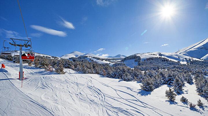 """Büyükşehir Belediye Başkanı Mehmet Sekmen, """"Erzurumda eskiden kar denildiğinde akıllara sadece külfet gelirdi… Ama bu güzel turizm cennetinde yaptığımız yatırımlarla kar; Erzurumun kalkınma yüzü, vitrini, imajı ve marka bir değeri haline geldi. Erzurumda bugün kış sporlarından ve kış turizminden bahsedebiliyorsak… Erzurumda bugün ulusal ve uluslararası organizasyonları gerçekleştirebiliyorsak… Kış oyunlarına ve hatta olimpiyatlara bile göğsümüzü gere gere adaylık koyabiliyorsak; işte bunların hepsi bir zamanlar bizim için külfet olan kar sayesindedir, kış sayesindedir… Evet, kar bundan böyle Erzurum için artık nimettir, fırsattır"""" şeklinde konuştu. """"Palandöken Kayak Merkezinin dünü ile bugünü ortada; bu ayrımı herkes çok rahatlıkla yapabilir"""" diyen Başkan Sekmen, sözlerini şöyle tamamladı: """"Büyükşehir Belediyesi olarak; kış turizmine öylesine özel bir anlam yükledik ki; Palandökeni, Kandilliyi ve Konaklıyı adeta yepyeni bir çehreye kavuşturduk. Bakınız; Erzuruma geliyorsunuz ve 15 dakika sonra Palandökendesiniz. Palandökenin eşsiz pistleri, teknik ve mekanik imkânlarından, son derece konforlu konaklama olanaklarından dilediğiniz gibi faydalanabiliyor, kayak yapabiliyorsunuz. Yine gündüz kayak yaptığınız günün akşamında hemen yanı başımızdaki Ilıcada, Pasinlerde termal zenginliklerden de istifade edebiliyorsunuz. Bunların her birisi Erzurum için ayrı bir nimettir, ayrı bir imkândır. İşte biz enerjimizi bu doğrultuda kanalize ederken, Erzurumda turizm çeşitlerini birbiriyle entegre hale getirebilmenin planlarını da yapıyoruz."""""""