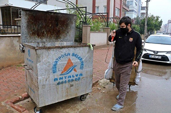 Efe, burada geçici işlerde çalışmaya başladı, geçtiğimiz yıl da annesini kanserden dolayı kaybetti. Yaklaşık 1,5 yıldır boyunca işsiz kalan Efe, son olarak 7 ay önce çöp konteynerlerinden plastik ve metal atıkları toplayarak geçimini sürdürmeye devam etti.