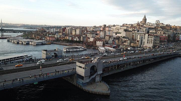 """Alışverişe yapan Şeyda Özer, """"Alışveriş için çıktık, oldukça kalabalık burası. Biz de mümkün olduğu kadar kaçtık. Zaten alışverişimizi de tamamlayamadık kalabalığı görünce, bu kadar tahmin etmemiştik. Geri dönmek durumunda kaldık, sakin bir köşeye çekilip İstanbulu izliyoruz diye konuştu."""