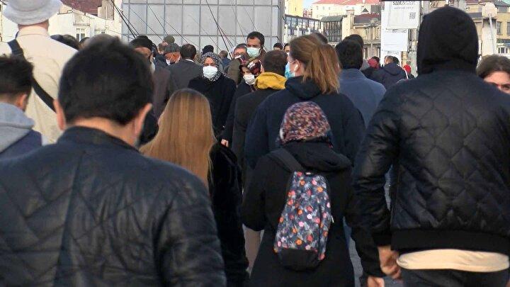 Köprüde yürüyüş yapanların sayısının fazla olması nedeniyle sosyal mesafe kuralı hiçe sayıldı.