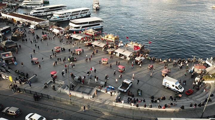 Eminönü ve Galata Köprüsünde gezenlerden oluşan kalabalık sosyal mesafe tanımadı.