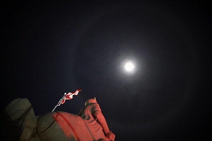 Meteoroloji 13. Bölge Müdürlüğünden İHA muhabirinin aldığı bilgiye göre, ayın etrafında oluşan çemberin hale olduğu belirtildi.