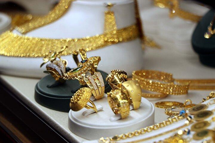 Sertifikalı ve işletme garantili alınan altın ve pırlanta ürünlerinin istenildiğinde rahatlıkla satılabileceğini dile getiren Özdinç, özellikle internet üzerinden bilinmeyen markalardan indirimli olarak alınan altınların düşük ayarlı olabileceğine dikkat çekerek, Altın almadan önce mutlaka hem uluslararası sertifikanın hem de iş yeri sertifikasının sorgulanması gerekiyor. Müşteri bu sertifikaları aldığında elindeki altın ya da pırlanta ürünü yeniden gönül rahatlığıyla satabilir. İnternetten alınan altın satılmaya götürüldüğünde kuyumcu düşük ayarlı olduğunu fark edecek ve buna göre fiyat verecektir. Bu yüzden bu hususlara dikkat etmek çok önemli. İnsanlarımız bu yüzden kuyumculardan alışveriş yapmaya devam etsinler dedi.