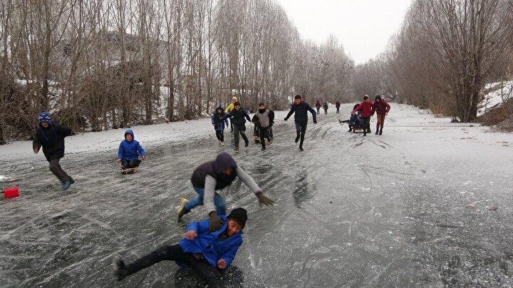 Okulların tatil olması nedeniyle kayarak vakit geçirdiğini ifade eden çocuklardan Yunus Emre Ongür, buz tutan derede kızaklarla kaydıklarını söyledi.