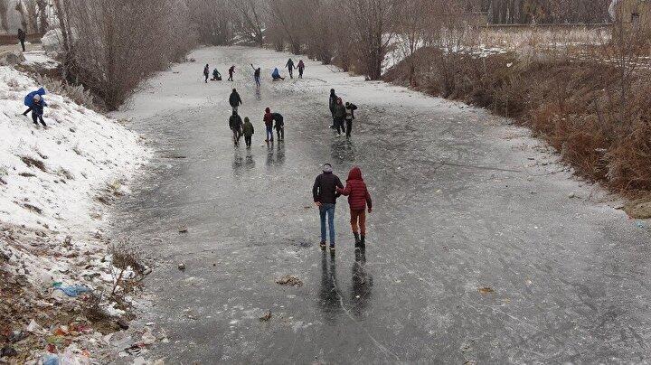 Kentte etkili olan soğuk hava buzlanmalara neden oldu.
