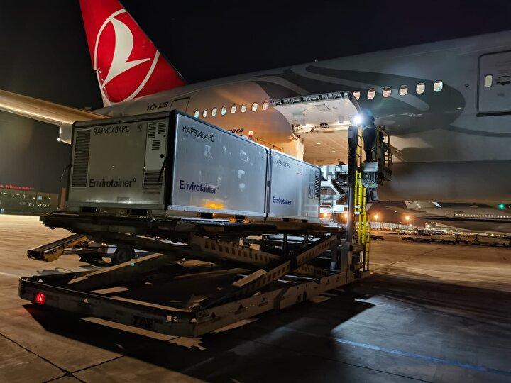 Sağlık Bakanı Fahrettin Koca, aşıların ilk bölümünü getiren THY uçağının Türkiye saati ile 19.50de Pekinden havalandığını duyurmuştu.