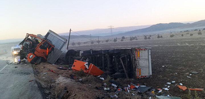 Burdur- Fethiye kara yolu Beyköy köyü yakınlarında, sabah saatlerinde sis etkili olurken iki TIR çarpışarak yolun dışına savruldu.