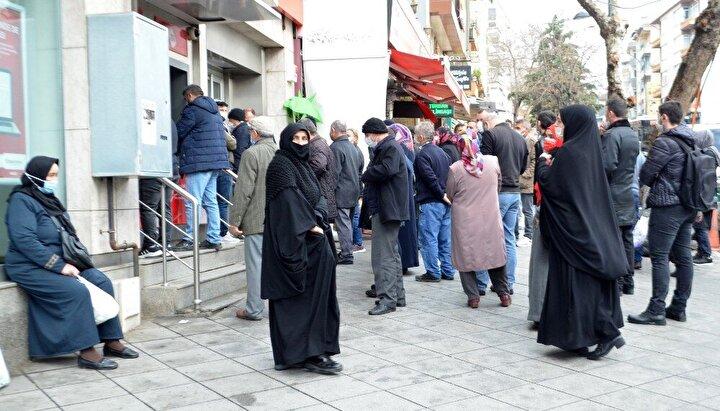Sokakların yanı sıra bankaların önünde biriken vatandaşlar, yer yer kuyruk oluşturdu.