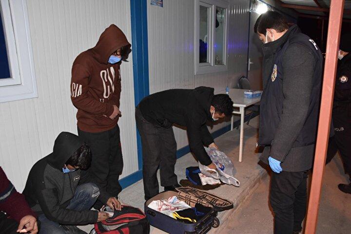 Kaçaklar göçmenler, işlemlerinin ardından Kütahya Göç İdaresine teslim edildi. Adı açıklanmayan otobüs sürücüsü ise gözaltına alınıp, polis merkezine götürüldü.
