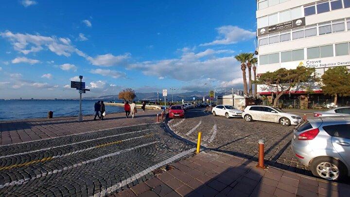 Deprem, İzmir ve çevre ilçelerinde hissedilirken, kısa süreli paniğe neden oldu. İlk belirlemelere göre, depremde can ve mal kaybı yaşanmadı.