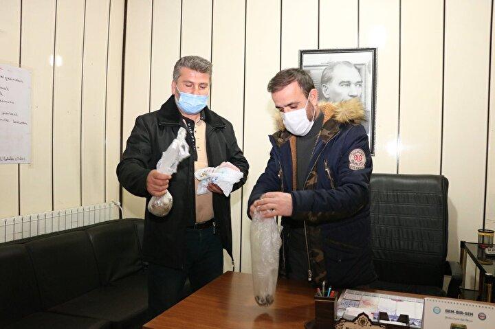 Beyşehir Belediyesinde görevli temizlik işçisi Özgür Somuncu ve İsmail Baştaş, salı günü semt pazarı bittikten sonra alanı temizlemeye başladı.
