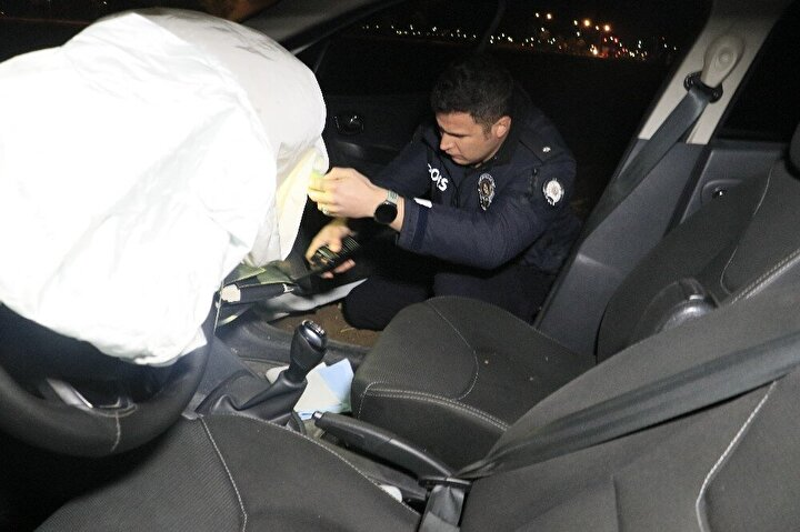 Adanada polisten kaçarlarken girdikleri tarlada otomobilleri arızalanan 3 şüpheliden ikisi gözaltına alındı.