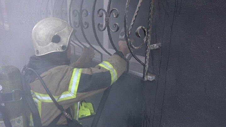 Saat 17.00 sıralarında evinden ayrılan Mustafa K.'nın ikametinden yoğun duman çıktığını fark eden yan komşusu itfaiyeye haber verdi.